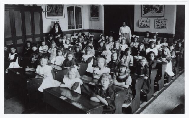 051347 - Basisonderwijs.  Klassenfoto r.k. lagere school. Meisjesschool uit de wijk Besterd.
