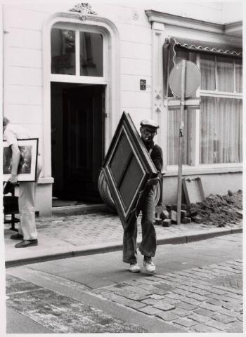035339 - Tijdens graafwerkzaamheden dreigde het pand aan de Willem II-straat nr. 66 in te storten . Destijds bewoond door de heer van der Schoot en zijn  moeder mevrouw van der Schoot- Kruijssen. Het pand werd onmiddellijk gesloopt.
