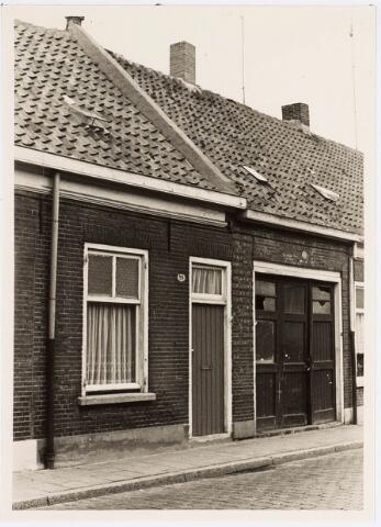 """034114 - Voltstraat noordzijde op 6 october 1966. Het huis links, nr. 35 was toen bewoond door L.v.d. Wiel. De """"inrijpoort"""" rechts op nr. 33 was de vestigingsplaats van drukkerij Jama."""
