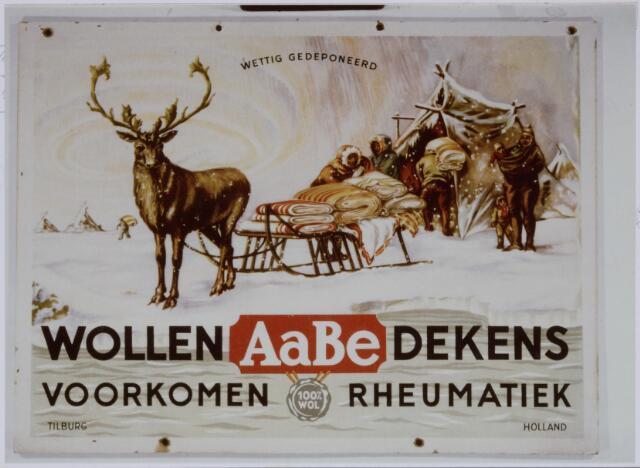 037480 - Textielindustrie. Reclamebord met de tekst 'Wollen AaBe 100 %  dekens voorkomen rheumatiek' met het bekende logo van een rendier met slede, waarop de wollen dekens van zuiver scheerwol lagen opgestapeld. Dit logo was op iedere deken van Aabe bevestigd. Op de Heuvel heeft vele jaren een diorama van deze voorstelling in de etalage gestaan ( Nederlands Textielmuseum Tilburg)