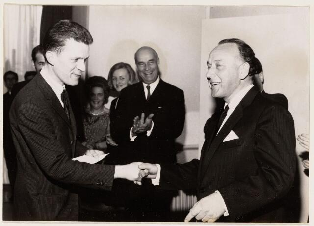 100125 - Banken. Burgemeester mr. A.J.M. Elkhuizen opent de Nederlandse Credietbank.