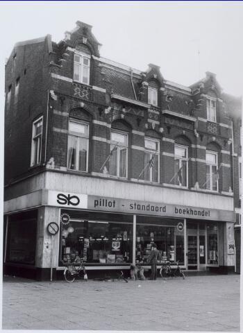 021186 - Boekhandel Pillot, gevestigd in het voormalige HEMA-pand, in oktober 1980. Links de Zwaanstraat