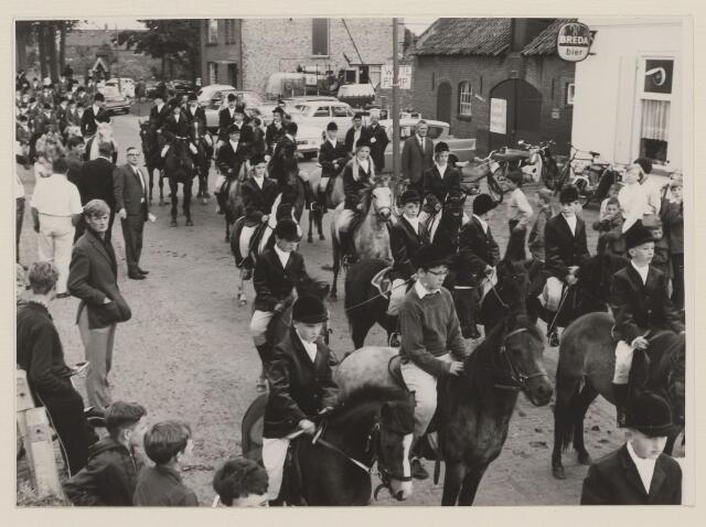 084101 - De ponyclubs hebben zich verzameld voor een rondgang door Alphen