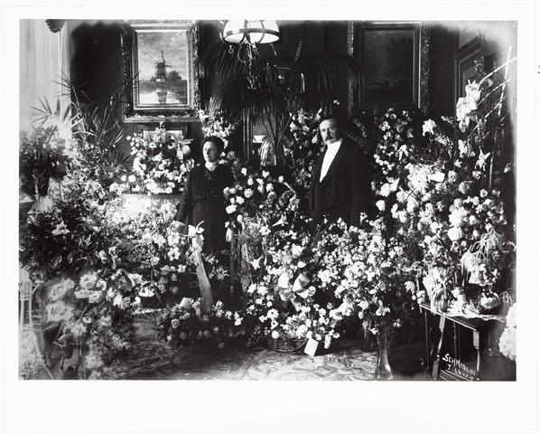 006595 - De arts Johannes Ferdinandus Josephus Bloemen geboren te Delden 18-1-1865 trouwde 4-8-1891 Louiza Maria Bernardina Kistemaker geboren Oldenzaal 18-9-1864. Zij woonden aan de Gasthuisstraat nr. 24. Foto is waarschijnlijk genomen bij hun zilveren bruiloft.