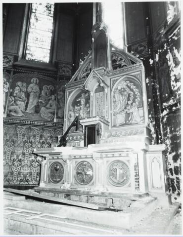 025358 - Altaar in de kapel van het St. Josephgasthuis aan de Lange Nieuwstraat tijdens de sloop in 1977
