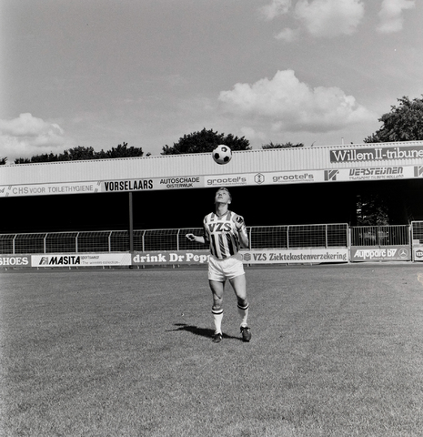 1237_011_819_001 - Sport. Voetbal. Speler van Willem II in actie in het Willem II stadion in augustus 1988.