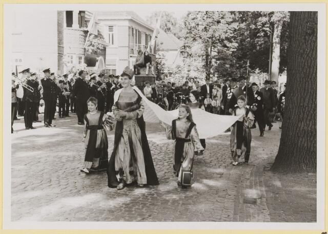 073001 - Opening gemeentehuis door de Commissaris van de Koningin Kortmann. Defilé verenigingsleven vóór het gemeentehuis. Gildekoningin.
