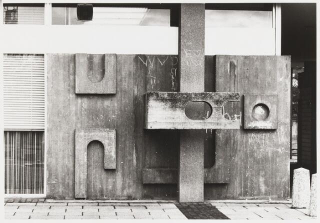 068069 - WANDSCULPTUUR uit beton van Jan VAES (Den Bosch 1927-Breda 1994). Aangebracht aan de achterzijde van  het Hoofdkantoor van de RABOBANK in de Tivolistraat.  Trefwoorden: Kunst, openbare ruimte, bedrijven