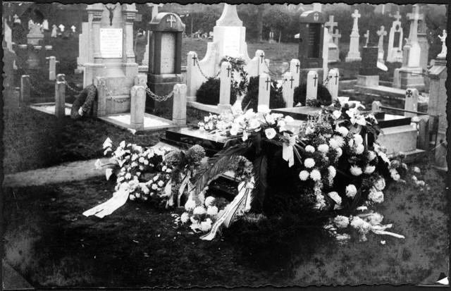 1709013 - Een bloemenzee bij het graf van Henri Adolf Enneking en Antoinette Hofman. Foto afkomstig uit fotoalbum van Henri Adolf Enneking en Antoinette Hofman.