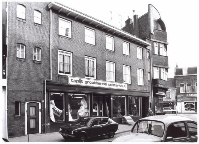 022010 - Tapijthandel Oosterhout in het gedeelte van de Heuvelstraat dat voorheen Zomerstraat heette. Op de achtergrond winkels aan de Nieuwlandstraat