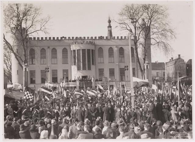 042686 - Huis van Oranje. Burgemeester Vonk de Both luistert op 1 februari 1938 op het balkon van het Paleis-Raadhuis naar kinderen die een muzikale hulde brengen ter gelegenheid van de geboorte van prinses Beatrix