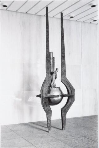 032689 - 'Beschermde groei',  kunstwerk van Wout Maters (geb. 1931) bij de ingang van het stadhuis (zijde Paleisring), Stadhuisplein 130.