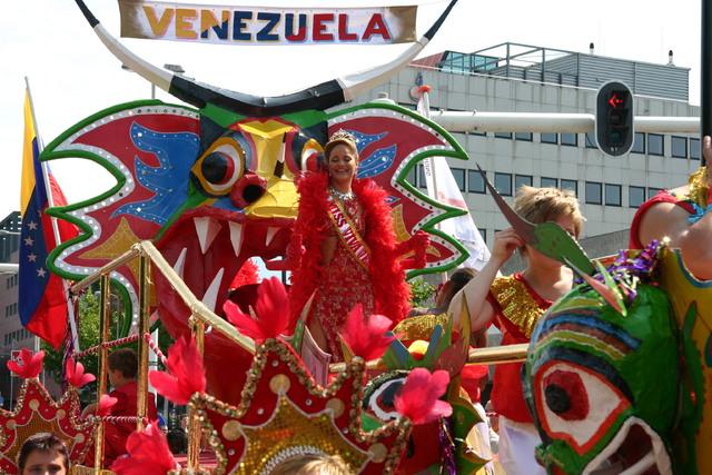657375 - De T-parade. Een kleurrijke multiculturele optocht door het centrum van Tilburg. De vele culturen van Tilburg worden getoond.