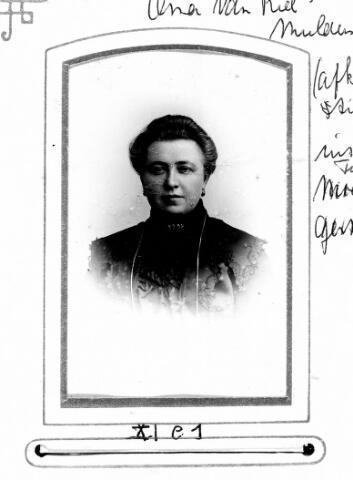 048466 - Adriana Elisabeth Mulders geboren te Tilburg op 17 augustus 1866, dochter van Johannes Mulders en Gerardina Kasteleijns. Zij trouwde met Petrus Johannes van Riel en overleed te Tilburg op 19 mei 1947.
