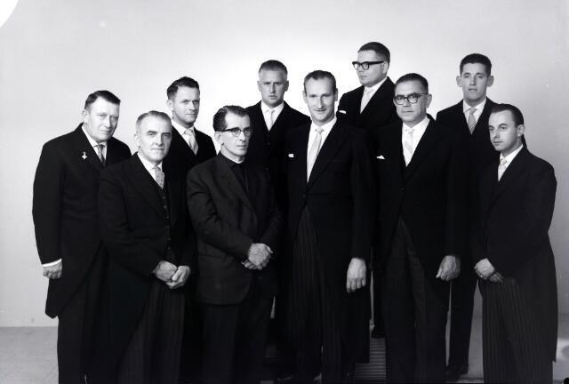 650652 - Schmidlin. De Rooms-Katholieke Bond van Werkmeesters afdeling Tilburg vierde in 1963 het 50-jarig bestaan. Het voltallige bestuur van de bond werd op deze staatsiefoto vastgelegd in de studio van Schmidlin.
