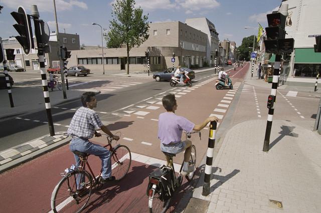 TLB023000908_001 - Fietsers op het fietspad aan de Gasthuisring, op de hoek met de Lange Nieuwstraat.