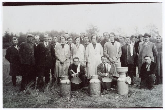 062068 - Landbouw. Melkcursus te Berkel-Enschot omstreeks 1930; zittend v.l.n.r. Jan Vugs, Jos van Esch en Piet van Rijswijk; staande v.l.n.r. Peer Heymans, Jan v.d. Pas, van de Wiel?, Jan Matheijssen, Marinus van Rijswijk, N.N., Jan van Laak, Willem Verhoeven?, Denis van Zon, Miet van Herk, Tonke Struif, Vermeer, Mien van Kasteren, Besselink, Jan van Laarhoven, Miet van Laak, Bernard van Laak, N.N., van Esch, Jan Bergmans, Jan van Rijswijk, Nico van Mensvoort en Anna van Rijswijk.