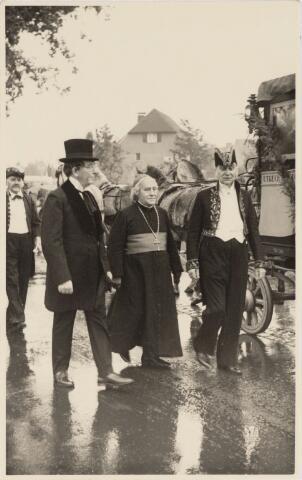 048952 - Festiviteiten te Tilburg b.g.v. het 50-jarig regeringsjubilé van Koningin Wilhelmina op 6 september 1948. Aankomst van koning Willem II bij de 'Vier Winden' aan de Bredaseweg ter hoogte oud Belgisch lijntje. Het rijtuig waarmee hij gekomen was stelde hij daarna ter beschikking van het gezelschap dat hem begroet had. Verslag over deze festiviteiten met optocht staat in het Nieuwsblad van dinsdag 7 september 1948. vlnr: Janus van de Brekel, M. Bonants (mgr. Zwijsen, Jan van de Brekel (burgemeester).