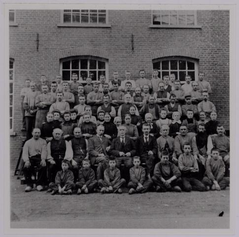037579 - Textielindustrie. Personeel van de wollenstoffenfabriek Gebroeders Diepen aan de Korvelseweg omstreeks 1905
