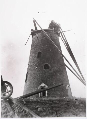 033449 - De molen aan de Reitse Hoevenstraat. Met de storm gedurende de onthulling van het H. Hart monument op de Heuvel op 6 november 1921 is het molenkruis met de wieken omlaag gestort, de molenkap werd vernield. Molenaar was Adriaan van de Wiel, in 1925 verkocht hij de molen met bijbehorende grond aan Christianus Teurlings. In 1929 is de molen gesloopt.