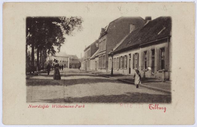 002788 - Noordzijde van het Wilhelminapark. Geheel rechts, met paaltjes voor het huis, pand K274, vanaf 1910 Wilhelminapark 116. In 1902 woonde er fabrikant H. Pessers lid van de 'firma A. Pessers Azn. in wollen stoffen'. Hij werd opgevolgd door de Duitser Ewald Weiler die spinmeester van beroep was. Vervolgens een laag pand dat oorspronkelijk uit twee panden bestond, maar al rond 1900 uit één geheel bestond, bekend als nr. K273, vanaf 1910 Wilhelminapark 117. Hier woonde in die tijd leerlooier J.C. Ackermans, die in 1914 verhuisde naar Wilhelminapark 119. Het pand van Ackermans is later gesloopt en vervangen door bedrijfsruimte van de firma Ackermans. In het hoge pand daarnaast, K272 vanaf 1910 Wilhelminapark 118, woonde de moeder van J.C. Ackermans, Catharina Cornelia Weterings, geboren te Terheijden op 1 april 1864, leerlooister en weduwe van P.A. Ackermans. Vervolgens twee twee lage pandjes, K271 en K270, vanaf 1910 Wilhelminapark 119 en 120, rond 1900 bewoond door respectievelijk de weduwe L. Ooms-Leduc en haar zoon, slager Franciscus Ooms. Het pand van de weduwe was bekend als slagerij Ooms-Leduc. Het hoge pand dat dan volgt, K267 t/m K269, bestond uit twee woningen en achter deze woningen een bierbrouwerij.  Vanaf 1910 respectievelijk de huisnummers Wilhelminapark 121 t/m 123. Op nr. 121 woonde rond 1900 de ongehuwde bierbrouwer Arnoldus Norbertus van Roessel, geboren te Tilburg op 8 februari 1845 met zijn twee, eveneens, ongehuwde zusters en dienstbode Agnes van Moorsel. Van Roessel en zijn zussen namen in december 1909 hun intrek in het R.K. Gasthuis. De volgende bewoners waren arts Piters van Steenhuijsen, Albertus J.M. Pessers, fabrikant in wollen stoffen, en, vanaf 1930, fabrikant Henricus J.J.M. Pessers. Op nr. 122 woonde rond 1900 bierbrouwer Jacobus A.B. van Roessel, geboren te Tilburg op 14 oktober 1842, en zijn vrouw Josephina C. de Bondt. Links van hun huis gaf een poort toegang tot de bierbrouwerij (nr. 123). Vanaf 1914 woonde in dit pand ook hun 