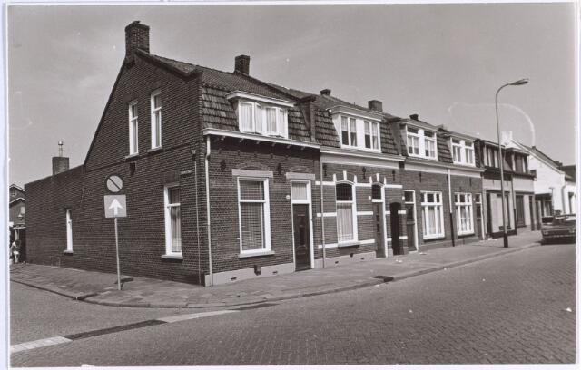 014704 - Rijtjeshuizen in de Berkdijksestraat. De straat links is de Staringstraat