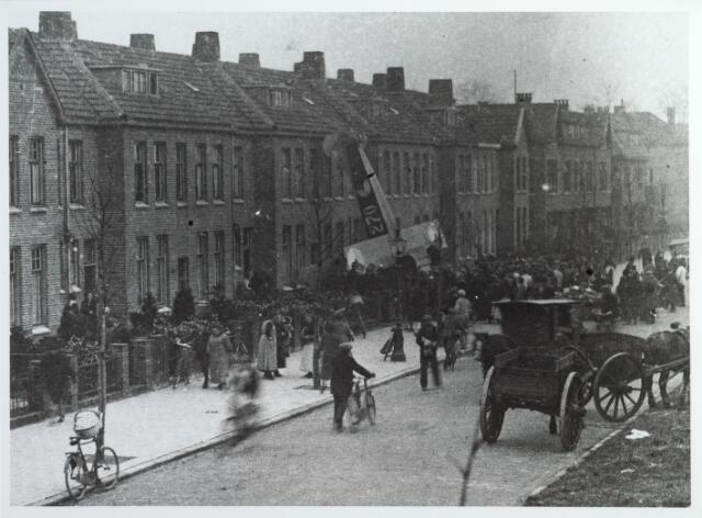 015568 - Vliegtuigongeluk. Op 9 februari 1926 maakte een vliegtuig van de vliegbasis Soesterberg een noodlanding en kwam terecht tegen de gevel van een pand aan de Boerhaavestraat. De piloot en bewoners bleven ongedeerd. De woning werd bewoond door de familie van der Waerden-Stalpers. Toen het vliegtuig het huis naderde, kwam het met de kop in de rozenstruiken terecht en kantelde vervolgens tegen de voorgevel.