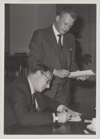 085219 - Dongen. Ondertekening van de akte overdracht grond bungalowpark aan de Oude Baan Dongen, bij notaris Schreven.