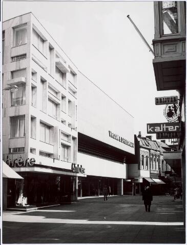 021662 - Heuvelstraat met nieuwbouw van Vroom & Dreesmann en Gimbrère. Laatstgenoemde modezaak nam na de verwoestende brand van het warenhuis in 1965 het ernaast gelegen en eveneens zwaar beschadigde pand van schoenhandel Termeer over en maakte er één nieuw winkel-woonpand van