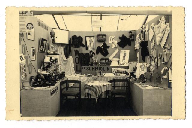 650376 - Schmidlin. De echtgenote en oudste dochter van Karel Schmidlin hadden, naast de fotozaak, nog een winkel in wol en dameshandwerken op hetzelfde adres.Op een onbekende tentoonstelling werd een stand ingericht waarbij de fotografie, fotografische artikelen en het handwerk werden gecombineerd.