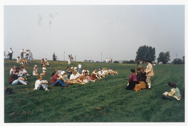 91335 - Terheijden. Zomerfestival 1990. Een voorstelling in middeleeuwse klederdracht met het publiek op de meent tijdens het festival op 25 augustus 1990.