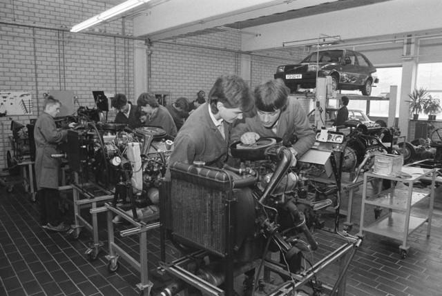 TLB023002487_002 - Leerlingen bezig voor de opleiding automonteur