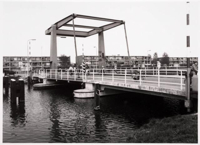 034799 - Ophaalbrug over het Wilhelminakanaal bij de Oude Lind (rechts).