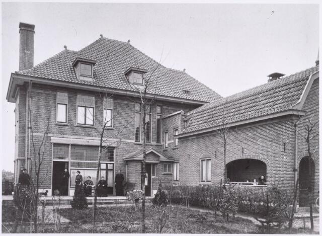022368 - Achterzijde van de woning die fabrikant Claesen-Van Mensvoort aan de Hoefstraat liet bouwen, gelegen naast zijn steenfabriek.