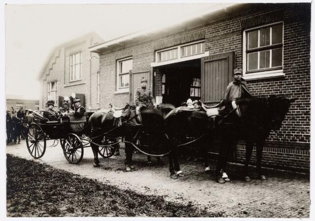 048900 - Optocht ter gelegenheid van de kroningsfeesten bij het 25-jarig jubileum van koningin Wilhelmina (1923-1924) deelnemers verzamelen zich op de Kromhout kazerne te Tilburg.