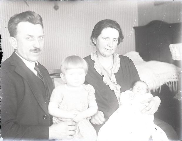 651549 - Gezin met pasgeboren baby. De Bont. 1914-1945.
