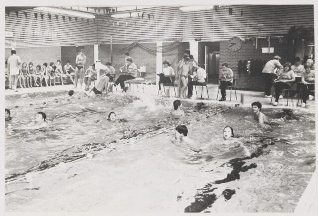 081844 - Zwemvierdaagse in Tropical in Rijen. Op de achtergrond de tijdwaarnemers die al dagen in touw zijn geweest