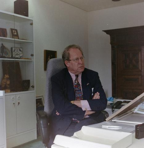 1237_001_001_004 - Portret van burgemeester Brockx in zijn werkkamer in juli 1997. Gerrit Brockx (Oosterhout 22 juni 1933 – Tilburg 11 januari 2002)  was burgemeester van Tilburg in de periode 1988-1997.