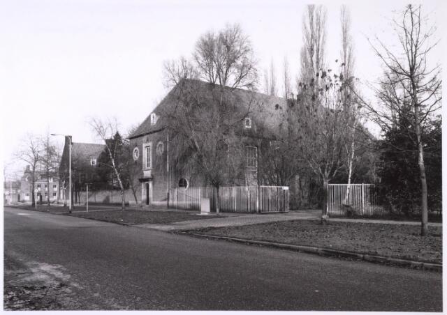 024831 - Zijkant van de voormalige pastorie (links) en kerk van Onze Lieve Vrouw van Fatima in de Kruisvaarderstraat eind 1985