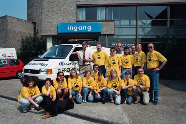1237_010_764_007 - Overhandigen sleutels dierenambulance door auto Bongers. Groepsfoto vrijwilligers.