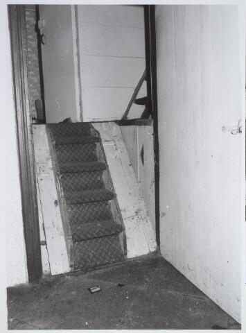 025681 - Trapje naar het opkamertje, met daaronder de kelder, van het pand Leharstraat 109 in april 1982