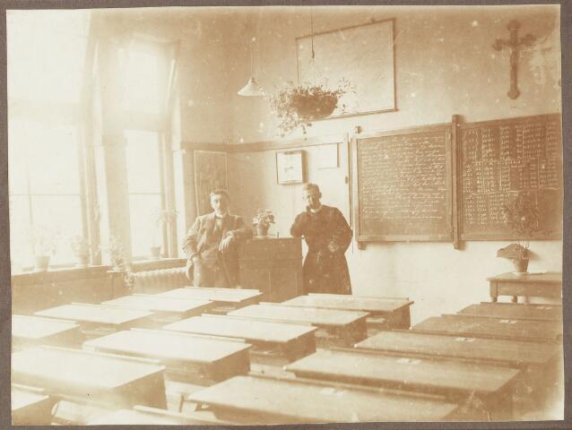 051471 - Basisonderwijs. Schoolbestuur/personeel. St. Gerardusschool. Op de foto Dhr. v.d. Zanden en frater Engelbertus Reynaars.