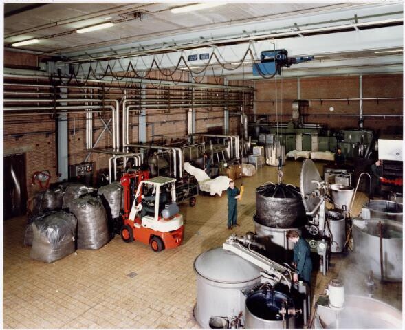 037969 - Textiel. Ververij van wollenstoffenfabriek C. Mommers & Co. Links worden stukken in hun geheel geverfd en rechts daarvan garen op een spoel. Rechts wordt de wol zelf geverfd