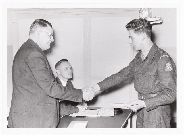 038598 - Volt. Zuid. Opleidingen. Diploma-uitreiking Bemetel en VEV vakliedenopleiding Volt op 30-11-1957  V.l.n.r.: Kipperman, directeur Volt, Ledeboer directiesecretaris en N:N: