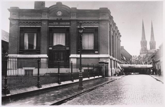 023313 - Textiel. Het binnenrijden van een enorme stoomketel bij wollenstoffenfabriek Van den Bergh - Krabbendam in 1904
