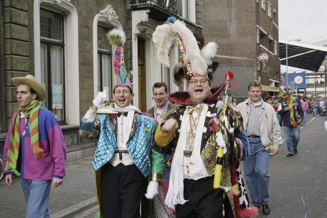 TLB023000621_002 - Carnavalsvierders in de Stationsstraat.