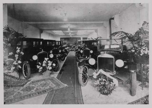 040388 - Motorvoertuigen. Showroom prinses Julianastraat met Fordauto's van de garage van Th.A.M: Knegtel, handelaar in auto's. Forddealer.