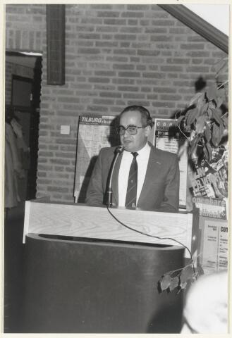 91007 - Made en Drimmelen. De Heer B.H. Lucas Luijckx neemt het woord tijdens zijn afscheidsreceptie als hoofd van de afdeling Burgerzaken eind 1986.
