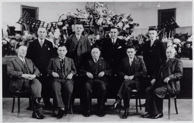 045550 - Het Comité Instrumentenfonds (C.I.F.) van de koninklijke harmonie Oefening en Uitspanning, opgericht in 1929.  Op de voorste rij v.l.n.r. Jan van Erven, bakker, geboren te Goirle op 22 april 1833 (gehuwd met Mina Santegoets), Harrie Appels, geboren te Goirle op 4 oktober 1899 (gehuwd met J. C. B. van Puijenbroek), Janus van de Pol, geboren te Goirle op 26 februari 1869 (gehuwd met Petronella van de Pol), Kees van de Pol, geboren te Goirle op 10 januari 1906 als zoon van J. B. van de Pol en Miegonneke van Gils (gehuwd met Luus van Dommelen) en Petrus de Jong, geboren  te Goirle op 6 april 1870 (gehuwd met Anna Cornelia van de Pol). Op de achterste rij v.l.n.r. Hendrik van de Ven, geboren te Goirle op 13 september 1897, voorzitter van harmonie Oefening en Uitspanning en in 1951 secretaris van de R.K. Federatie van Muziekgezelschappen in het bisdom `s-Hertogenbosch (gehuwd met Tina Stockermans), Gijs Tra, geboren te Goirle op 21 mei 1891 (gehuwd met Johanna M. van de Pol), Janus Robben, geboren te Goirle op 24 september 1896 (gehuwd met Door Zeebregts) en Kees Spapens, bakker, geboren te Goirle op 22 juli 1897 (gehuwd met Trees Snels)