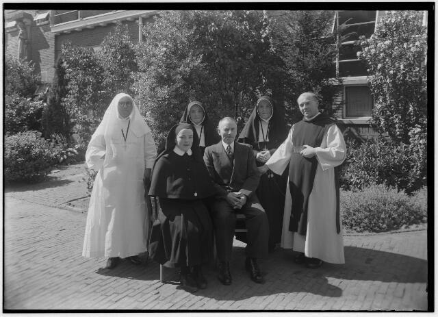 050950 - Vader Houben met vijf van zijn kinderen die in het klooster traden. De foto werd genomen bij de terugkeer van een dochter, lid van de congregatie van de zusters van liefde van O.L.V. Moeder van Barmhartigheid, uit de missie.